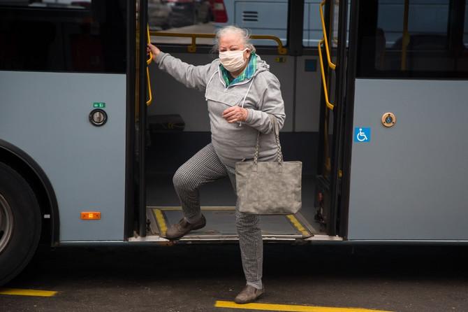 Sa maskama u javnom prevozu