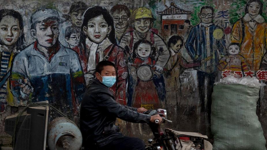 Mural na ulicy w Wuhan, kwiecień 2020 r.
