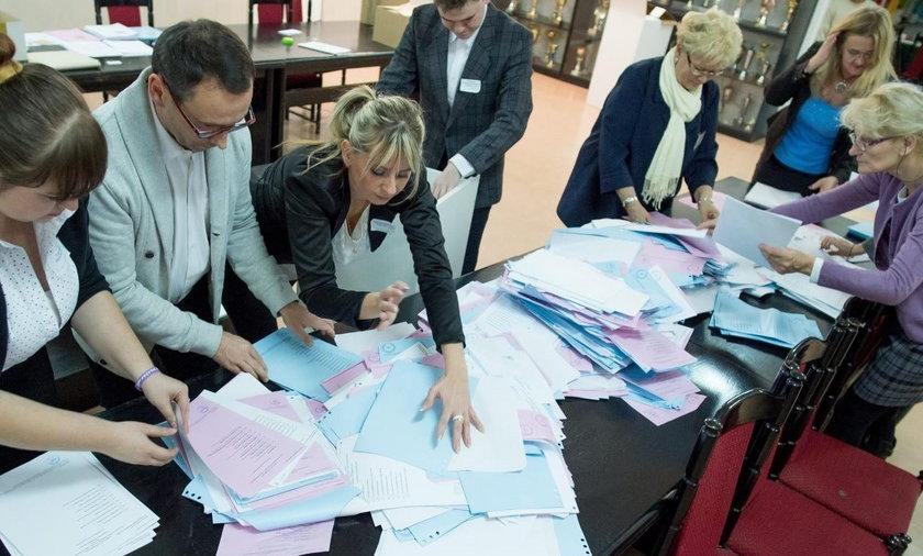 Członkowie komisji zliczają głosy w wyborach samorządowych