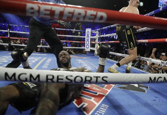 Dionte Vajlder u nokdaunu posle serije udaraca Tajsona Fjurija u njijhovom revanš meču u Las Vegasu