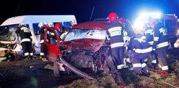 Tragiczny wypadek nad ranem. Jedna osoba nie żyje, 13 jest rannych