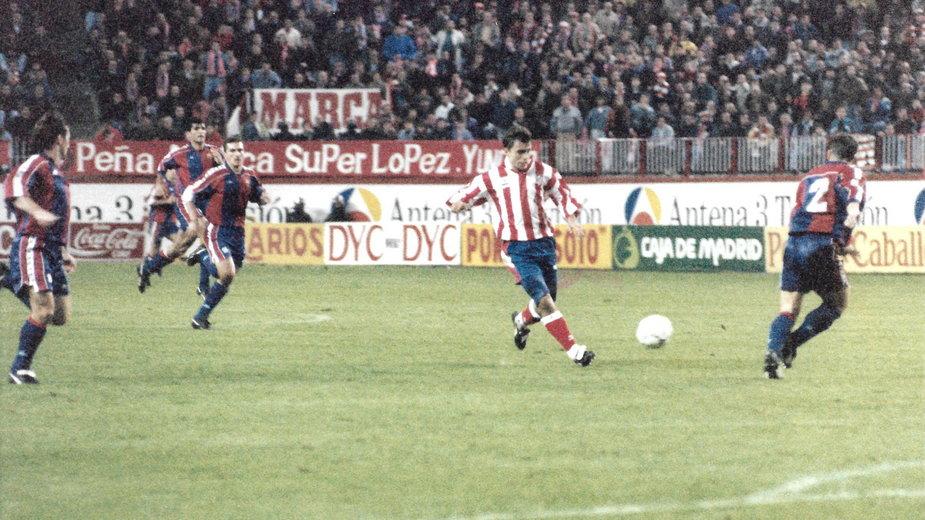 Roman Kosecki (drugi od prawej) w meczu z FC Barcelona
