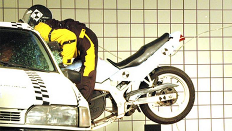Zobacz, jak zabija się motocyklista