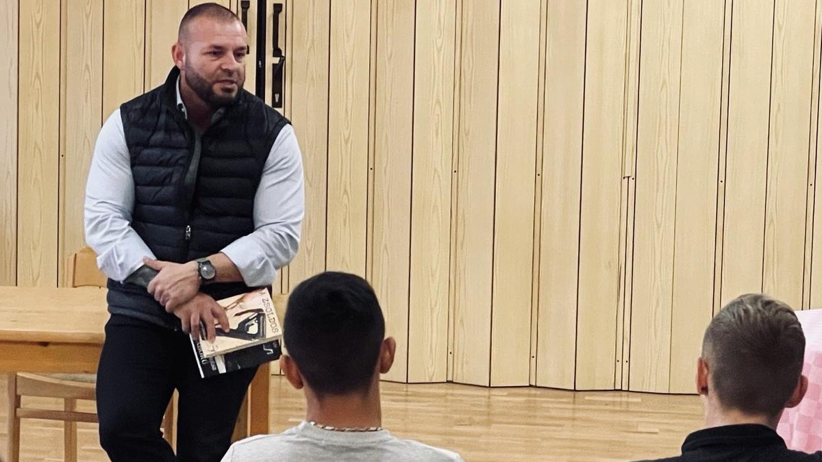 """""""Ez teljesen megváltoztatja az ember szemléletét """" – Intézetis gyerekeket terel jó útra a magyar zsoldos"""