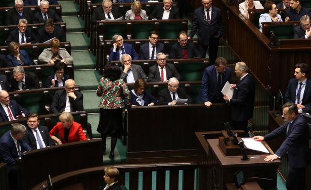 """Szef rządu dodał, że zmiany w wynagrodzeniu będą możliwe jedynie w przypadku podsekretarzy stanu, w związku z ewentualnym przesunięciem ich do służby cywilnej. Natomiast sekretarze stanu, którzy pełnią mandat poselski - zadeklarował premier - mogliby otrzymywać część swojego uposażenia parlamentarnego. """"50-60 proc. (uposażenia parlamentarnego - PAP) - ta propozycja jeszcze ostatecznie zostanie sformułowana, w zależności od przyjęcia jej przez parlament"""" - mówił szef rządu."""