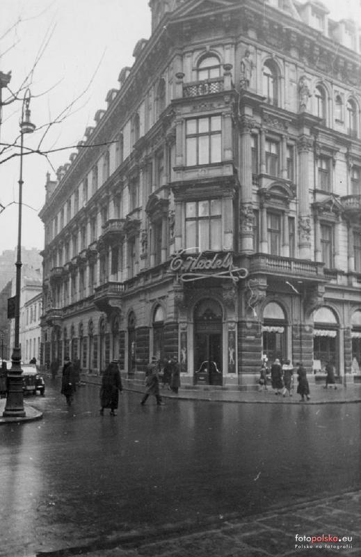 Kamienica przy ul. Szpitalnej. Wejście do sklepu firmowego E.Wedel. Zdjęcie z 1939 r.