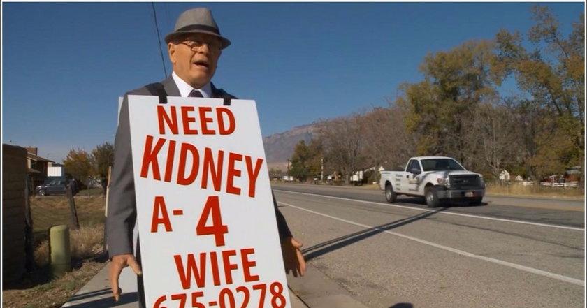 Wayne Winters chodzi wzdłuż ulicy w stanie Utah