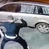BRUTALNA TUČA U VRANJU Kolima pokosili muškarca na ulici, pa ga krvički tukli PENDRECIMA (VIDEO)