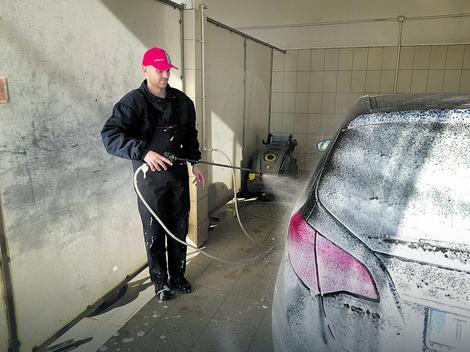 Miloš je počeo da pere automobile u dvorištu, pa od opštinskih podsticajnih sredstava sagradio perionicu