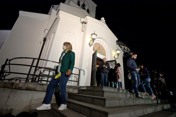 Građani palili sveće ispred Hrama Svetog Save, Amfilohije