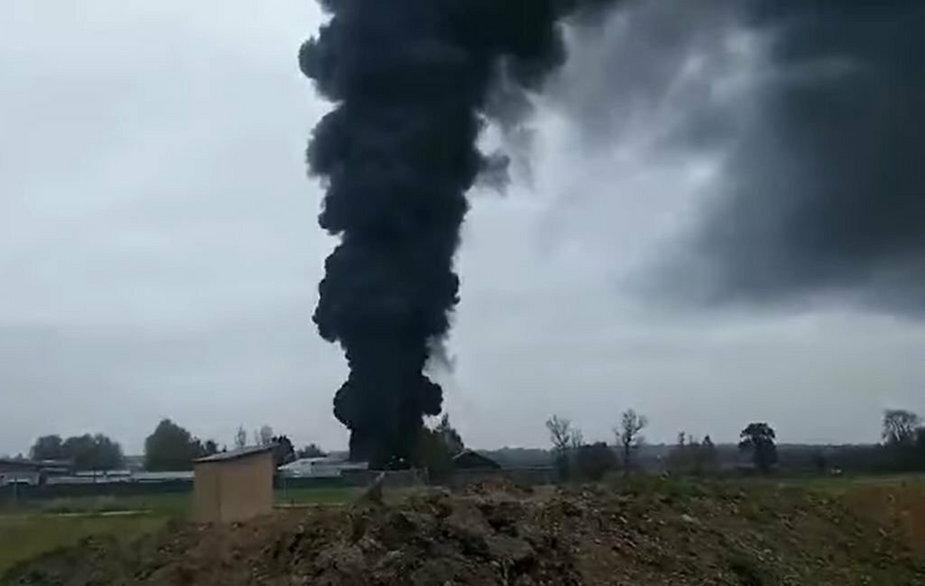 Po pożarze unoszą się kłęby gryzącego dymu