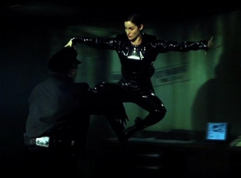 """Carrie-Anne Moss jako Trinity w filmie """"Matrix"""" (1999)"""
