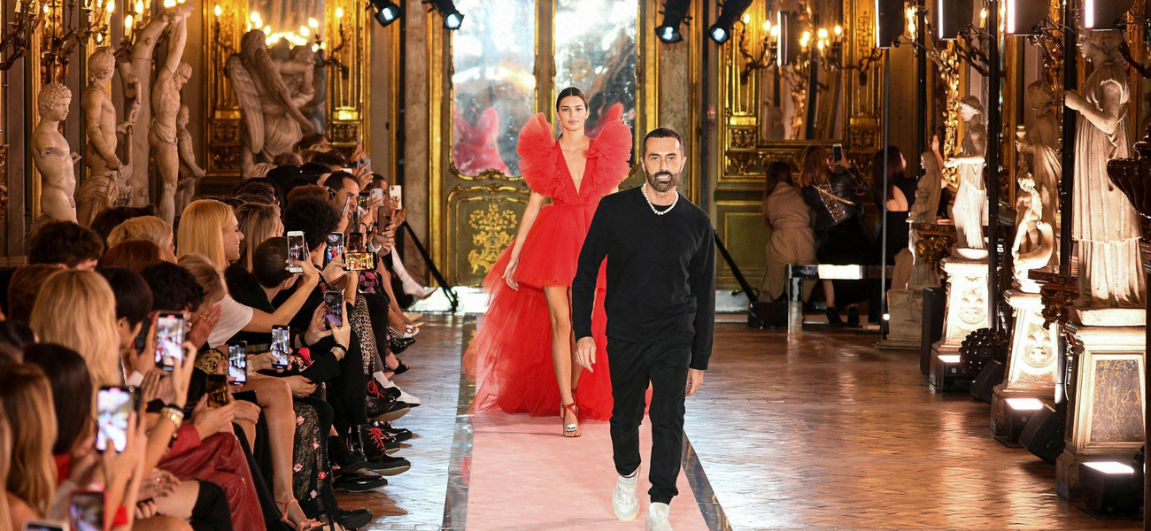 Falbany, błysk i objętość. Co znajdziemy w nowej kolekcji Giambattista Valli x H&M? / East News / Photo by WWD/REX (10455881bi) Kendall Jenner and Giambattista Valli on the catwalk H&M x Giambattista Valli show, Runway, Rome, Italy - 24 Oct 2019