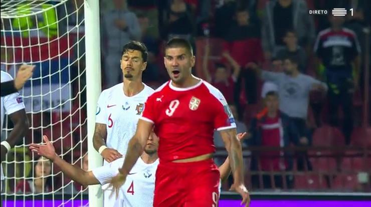 Aleksandar Mitrović u raspravi sa sudijom Čakirom