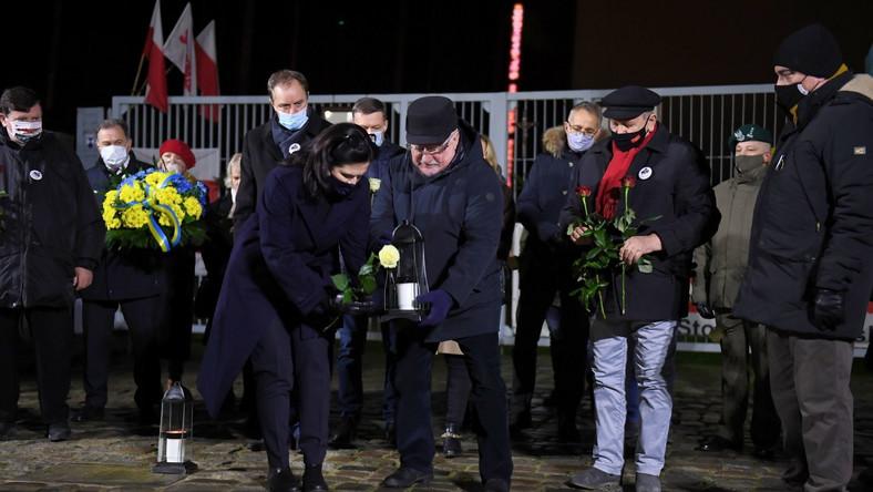 Prezydent Gdańska Aleksandra Dulkiewicz oraz były prezydent RP Lech Wałęsa podczas uroczystości przy bramie nr 2 Stoczni w Gdańsku