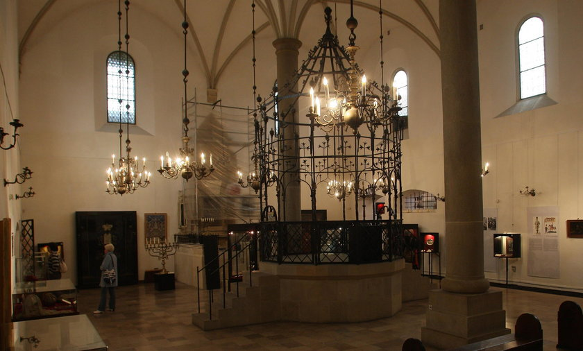 Sensacyjne odkrycie w synagodze. Skrzynia pod podłogą, a w niej....