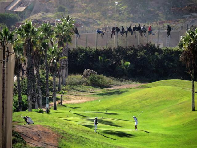 Imigranti preskaču ogradu