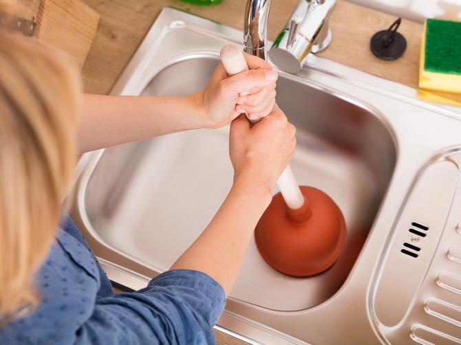 Za začepljene odvode postoji rešenje koje odmah pomaže. Svi ga imamo u kući i vrlo je jednostavno!