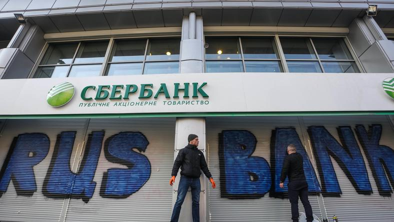 Protesters block Russian Bank In Kiev