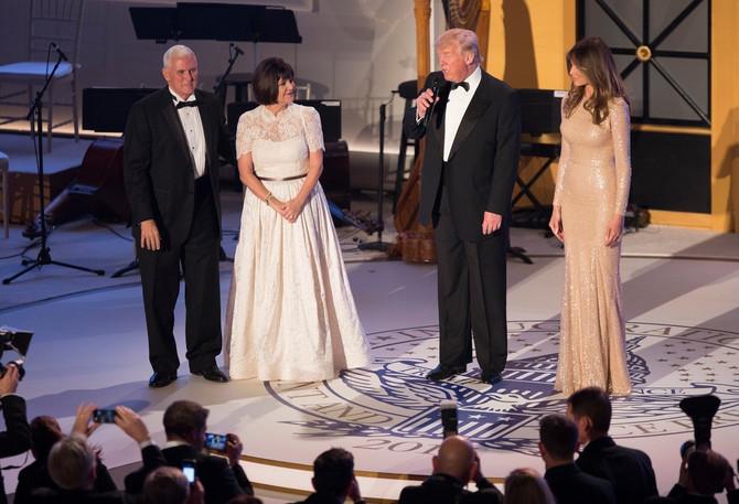 Bračni par Tramp sa potpredsednikom Amerike Majkom Pensom i njegovom suprugom Karen Pens sinoć na
