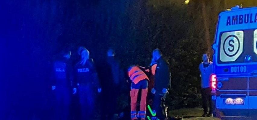 """Nożownik z Oleśnicy rzucił się na znajomych. Zaatakował, gdy wysiedli z samochodu. Rozległ się krzyk: """"Pomocy""""!"""
