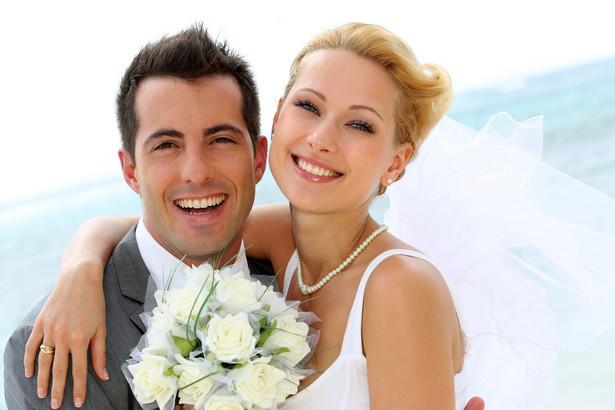 Zgodnie z art. 4 kodeksu rodzinnego i opiekuńczego, małżeństwo przed kierownikiem USC nie może być zawarte przed upływem miesiąca od dnia, w którym przyszli mąż i żona złożą pisemne zapewnienie, że nie wiedzą o istnieniu przeszkód dla wstąpienia w związek
