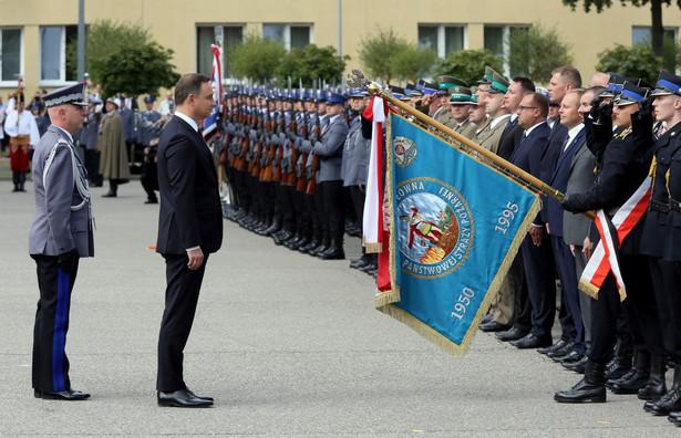 Prezydent Andrzej Duda i komendant główny policji nadinspektor Jarosław Szymczyk w Centrum Szkolenia Policji w Legionowie.