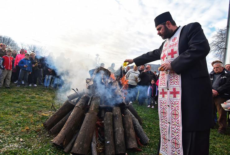Novi Sad299 badnji dan paljenje badnjaka vijanje bozica u Kovilju foto Nenad Mihajlovic