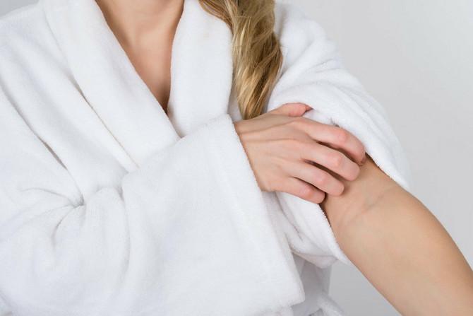Najčešći iritansi i alergeni u kozmetičkim proizvodima su mirisi, konzervansi, boje, pojedine aktivne i pomoćne supstance