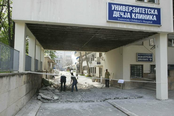 Na ulazu u Dečju kliniku u Tiršovoj obrušila se betonska nadstrešnica