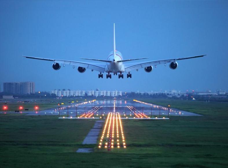 Samolot pasażerski ląduje