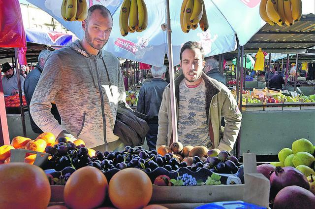 Kupuje samo voće: Marko Simonović bira namirnice sa našim novinarom
