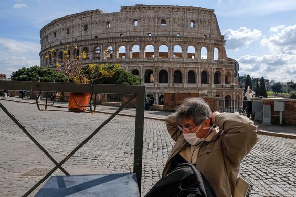 Scena ispred čuvenog koloseuma u Rimu