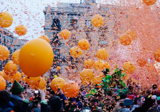 Czerwiec pod znakiem muzyki i literatury • Orange Warsaw Festival – każda edycja warszawskiego festiwalu to święto muzyki. W tym roku impreza odbędzie się na torze wyścigów konnych Służewiec. • Festiwal Miłosza – największy festiwal literacki w Polsce i Europie Środkowej ściąga co roku do Krakowa pasjonatów poezji i prozy. • Impact Festival – oferuje słuchaczom nieco mocniejsze brzmienia. Fani rocka mogli w poprzednich edycjach zobaczyć na scenie m.in.: Slipknot, Aerosmith, Black Sabbath, Slayer. • Malta Festival – w Poznaniu odbywa się jedno z najważniejszych wydarzeń artystycznych Europy, podczas którego prezentowany jest międzynarodowy program filmowy, teatralny, muzyczny i taneczny. • Life Festival Oświęcim – festiwal muzyki rozrywkowej to jedna z młodszych inicjatyw na imprezowej mapie. W tym roku na festiwalu pojawi się LP. Laura Pergolizzi, zanim sama stanęła na scenie, tworzyła piosenki dla Rihanny, Christiny Aguilery czy Backstreet Boys. • Open'er Festival (również lipiec) – ściąga do Trójmiasta tłumy miłośników muzyki z Polski i innych krajów. Na scenie co roku pojawiają się największe światowe gwiazdy, a festiwalowy plan wypełniony jest po brzegi najlepszymi koncertami. Zaplanuj swój festiwalowy trip z kalendarzem od HRS>> Źródło: HRS >>