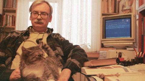 """Andrzej Sapkowski w swojej pracowni pod koniec lat 90. To mniej więcej wtedy trwały rozmowy nad growymi wersjami """"Wiedźmina"""""""