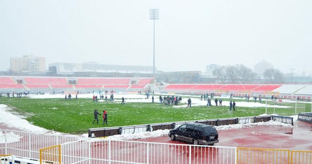 """Navijači Škotske i radnici stadiona """"Karađorđe"""" čiste sneg zajedno"""