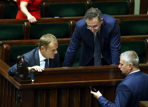 Donald Tusk, Bartłomiej Sienkiewicz i Paweł Graś w Sejmie. Fot. PAP/Tomasz Gzell