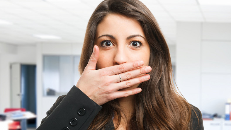 Wiele nawyków niszczących zęby powiązanych jest z pracą w biurze, gdzie przebywamy w określonej pozycji, przy otoczeniu sprzętów i akcesoriów, z których niejednokrotnie korzystamy w niekonwencjonalny sposób. Problem w znacznym stopniu dotyczy także studentów, uczniów i graczy komputerowych