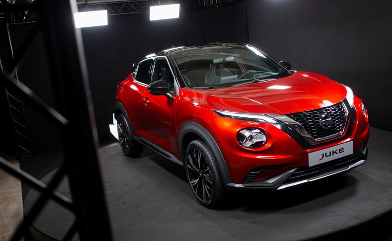 Szpanerski przód z charakterystycznym dla nowych Nissanów grillem w układzie V, napakowane błotniki z 19-calowymi kołami, linia coupe i małe szyby – to musi się spodobać