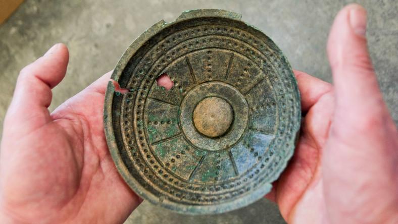 Zespół artefaktów, jak się wstępnie ocenia pochodzących z IV-V okresu epoki brązu przypadającego na lata 1100-700 p.n.e., liczy kilkadziesiąt przedmiotów, m.in. związanych z wierzeniami i rytuałami religijnymi społeczności, która je wytworzyła.