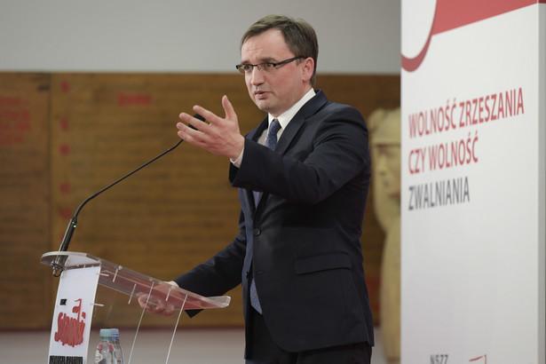 """Minister sprawiedliwości Zbigniew Ziobro podczas konferencji """"Wolność zrzeszania, czy wolność zwalniania? Czy Konstytucja rzeczywiście zapewnia wolność tworzenia i działania związków zawodowych?"""""""