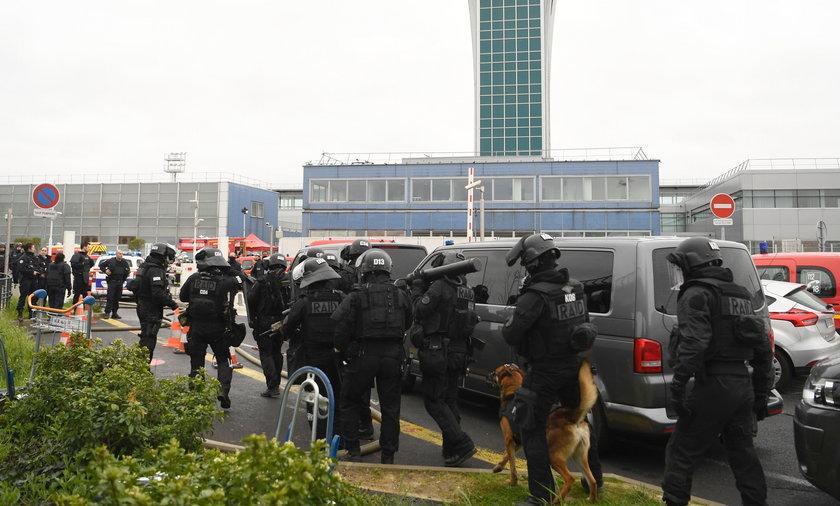 Napastnik zastrzelony na lotnisku Pary?-Orly
