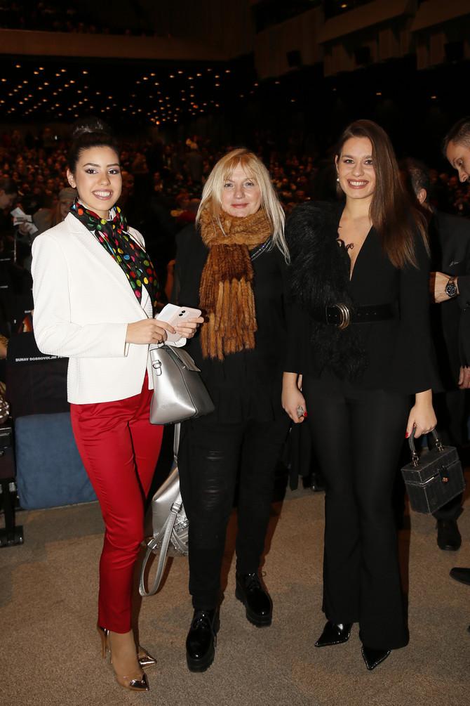 Vesna da Vinča i Mis Srbije (levo)