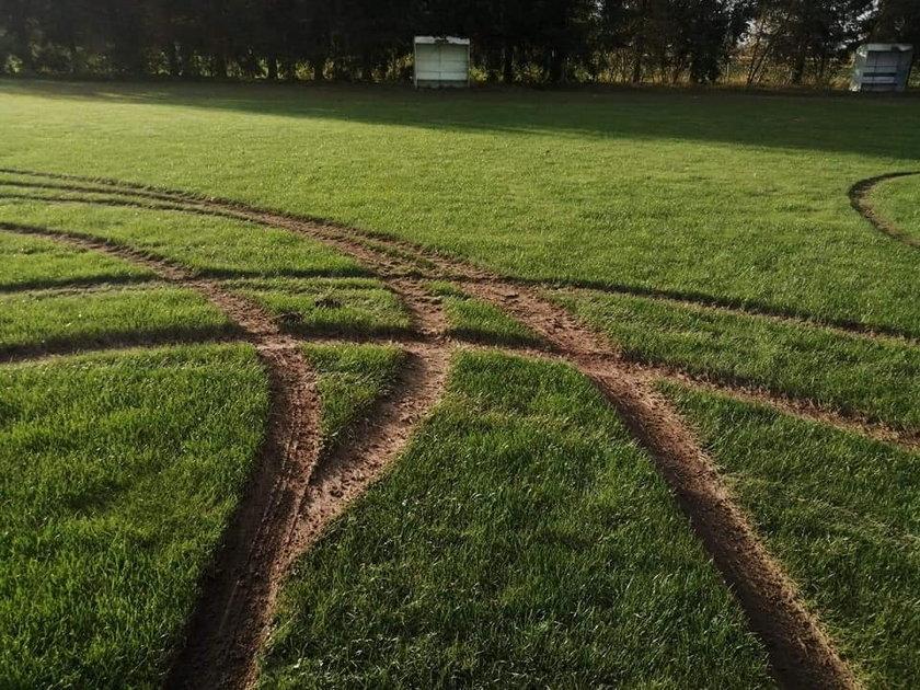 Takie esy-floresy wykręcił na boisku Dębu Dębowa Kłoda chłopak, który pokłócił się z dziewczyną