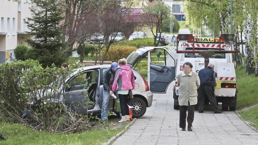Peugeot wyprzedzał citroena na osiedlowej drodze
