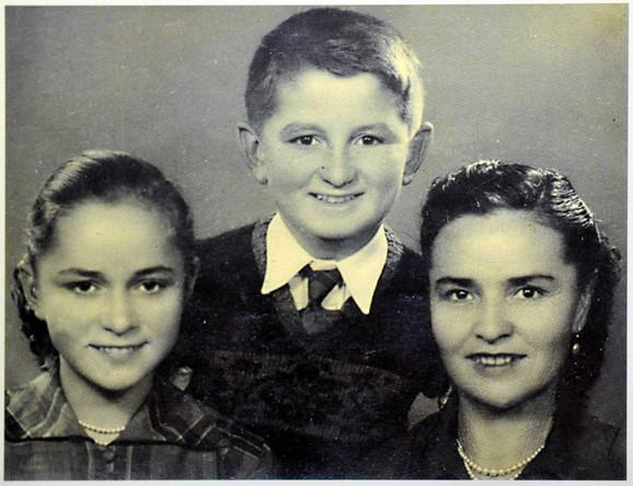 Stiv Tešić sa majkom i sestrom