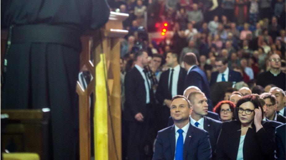 Dyrektor Radia Maryja o. Tadeusz Rydzyk (tyłem) oraz prezydent Andrzej Duda