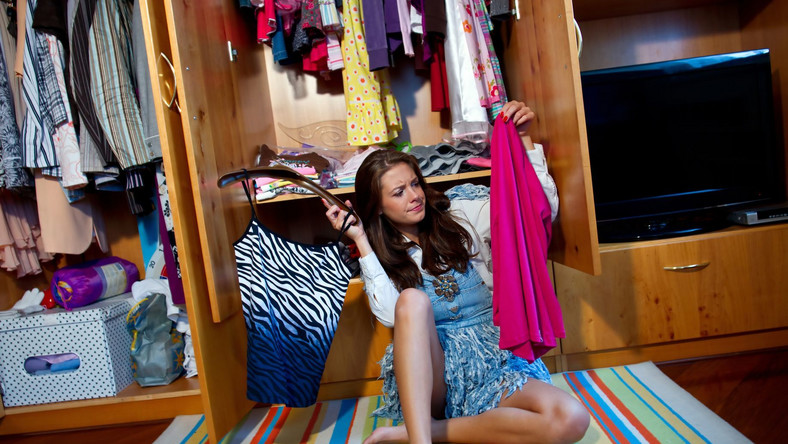Mężczyźni zupełnie nie rozumieją, jak można dłużej niż minutę wybierać w garderobie to, co się na siebie założy