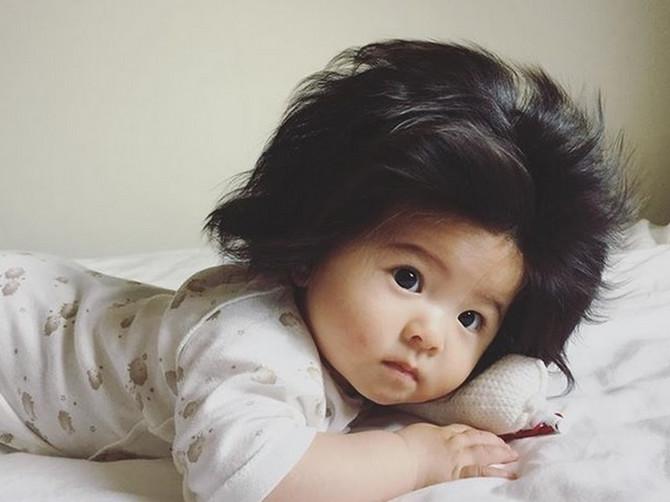 Beba sa NAJBUJNIJOM KOSOM na svetu je porasla: Ako ste mislili da ne može slađe od ovoga, pogledajte kakav je SLATKIŠ sada