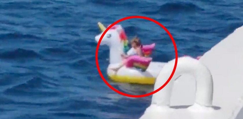 3-latka na dmuchanym jednorożcu na środku morza! To cud, że nic się jej nie stało